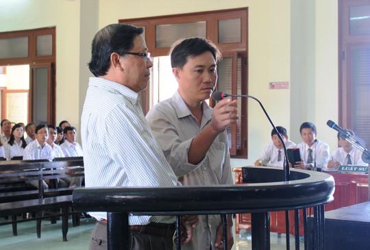 Bị cáo Huỳnh Ngọc Thắng (phải) cho rằng bị cáo Nguyễn Tài (trái) chỉ đạo hợp thức hóa quy chủ sai cho ông Phí Ảnh: KỲ NGUYÊN