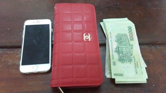 Điện thoại, ví của nạn nhân.