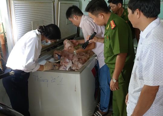 Đoàn kiểm tra liên ngành đang kiểm tra số thịt động vật không rõ nguồn gốc tại cơ sở của ông Đại