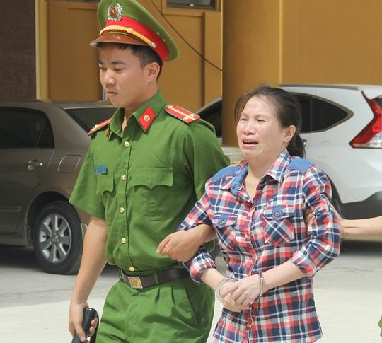 Khi bị dẫn ra xe về trại giam, Đậu Thị Huệ vẫn khóc lóc cho rằng mình bị oan