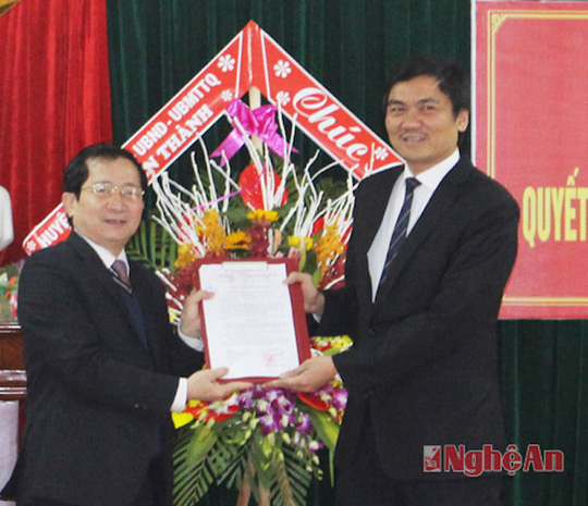 Lãnh đạo tỉnh Nghệ An trao quyết định phân công ông Hoàng Nghĩa Hiếu (phải) làm Phó giám đốc Sở NN & PTNT Nghệ An. Ảnh Báo Nghệ An