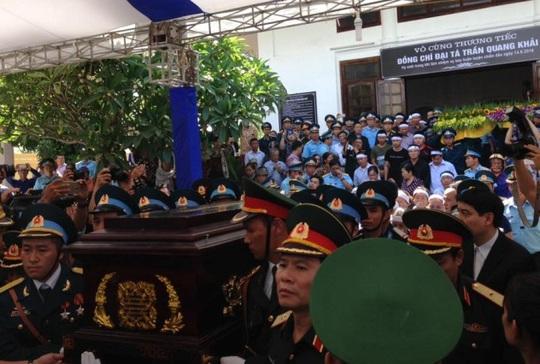 Đưa linh cữu đại tá Trần Quang Khải ra xe