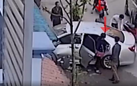 Nguyễn Phương Anh đang bước ra khỏi xe- ảnh từ clip
