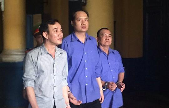 Bùi Anh Tuấn (giữa) bị kháng nghị không cho hưởng án treo.