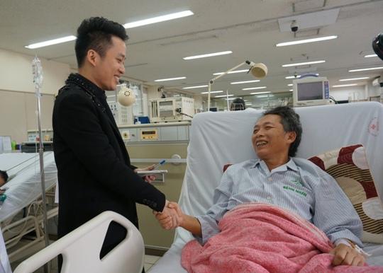 Ca sĩ Tùng Dương thăm bệnh nhân khoa Hồi sức - Tích cực Bệnh viện Bạch Mai