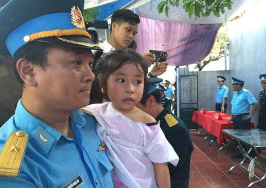 Con gái Đại tá Trần Quang Khải trong vòng tay đồng đội