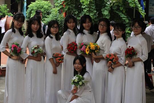 Các nữ sinh duyên dáng đón chào năm học mới