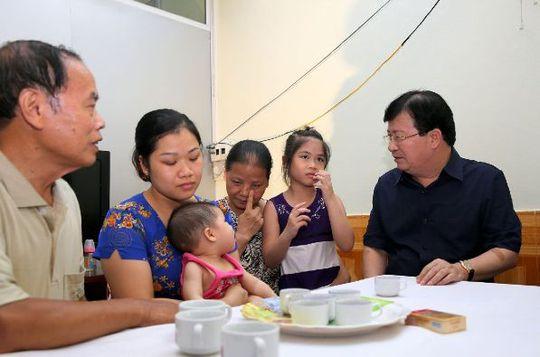 Phó Thủ tướng Trịnh Đình Dũng động viên gia đình quân nhân Nguyễn Bá Thế - Ảnh: Xuân Tuyến