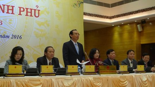 Bộ trưởng, Chủ nhiệm Văn phòng Chính phủ Nguyễn Văn Nên (đứng) phát biểu tại buổi họp báo