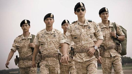Đại úy Yoo Shi Jin (đeo kiếng - diễn viên Song Joong Ki đóng) trong phim Huệ duệ mặt trời