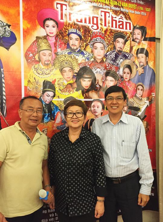 Ông Huỳnh Anh Tuấn (Sân khấu IDECAF), NSƯT đạo diễn Hoa Hạ (Phó Chủ tịch Hội Sân khấu TPHCM) và ông Phan Trọng Quyền (Giám đốc Trung tâm Văn hóa quận 1, TPHCM) - ba đơn vị phối hợp tổ chức chương trình Tôi yêu cải lương tại Nhà hát Bến Thành.