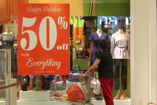 Ở các khu vực mua sắm, hàng hóa dịp lễ giảm giá sâu nên thu hút đông đảo khách hàng