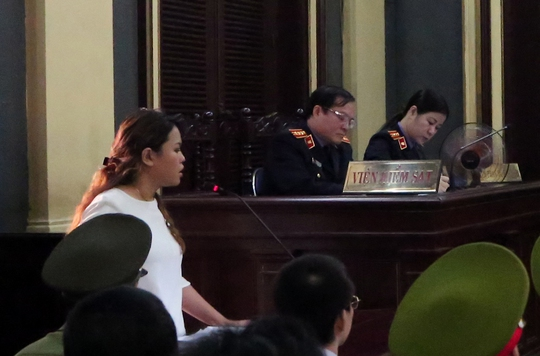 Bà Trần Ngọc Bích (con gái Trần Quý Thanh) tranh luận tại tòa