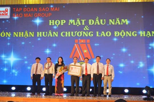Bà Võ Thị Ánh Xuân, Bí thư Tỉnh ủy An Giang thừa ủy quyền của Chủ tịch nước trao Huân chương lao động hạng Ba cho Tập đoàn Sao Mai vào hôm 25-2 vừa qua.
