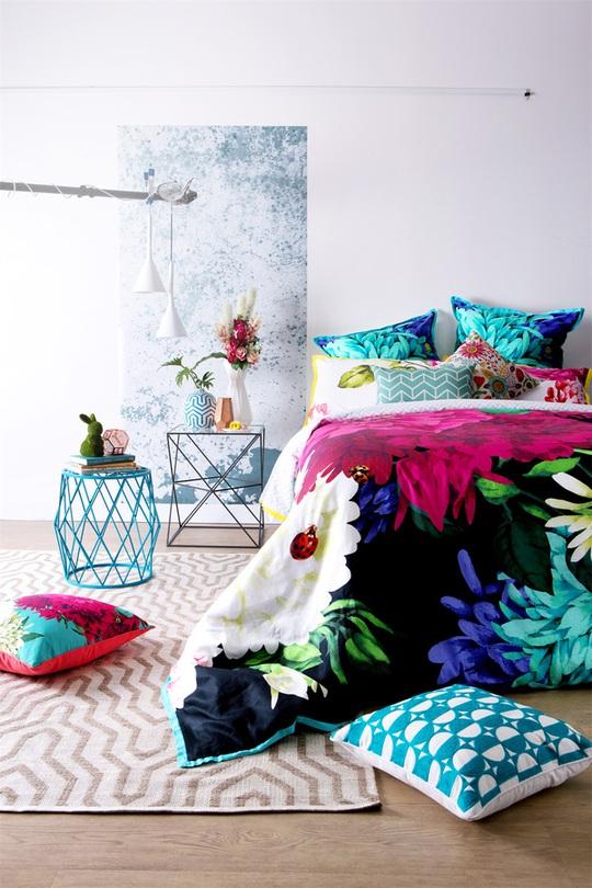 Một bình hoa tươi nhỏ sẽ giúp phòng ngủ đẹp và nhiều sinh khí hơn.