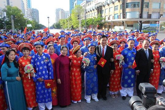 Bí thư Thành ủy TP HCM Đinh La Thắng (thứ 5 từ phải sang) và Chủ tịch LĐLĐ TP Trần Kim Yến (bìa trái) chúc mừng các cặp đôiẢnh: HỒNG ĐÀO