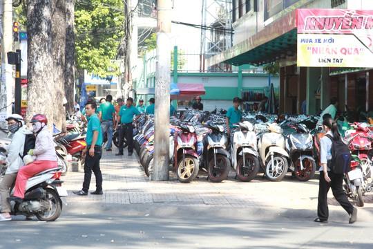 Một cửa hàng bán xe máy trên đường Nguyễn Tri Phương (quận 5, TP HCM) để xe tràn ra chiếm gần hết vỉa hèẢnh: Sỹ Đông