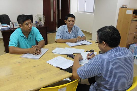 Ông Lê Tấn Hữu (bìa trái) trình bày vụ việc với phóng viên Báo Người Lao ĐộngẢnh: Bảo Nghi