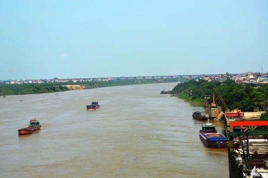 Sông Hồng đoạn qua Hà Nội đang cạn dần càng làm tăng thêm mối lo trước thông tin dự án giao thông thủy xuyên Á trên sông Hồng. Ảnh: Nguyễn Hưởng