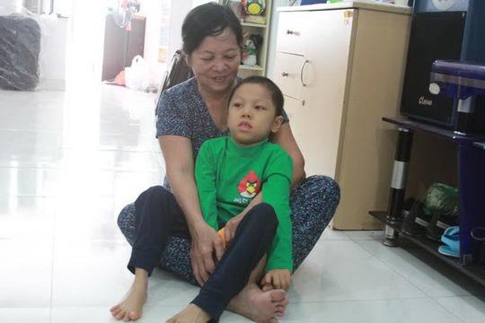 Sau 1 năm điều trị, tay chân bé Nghĩa đã hết co quắp
