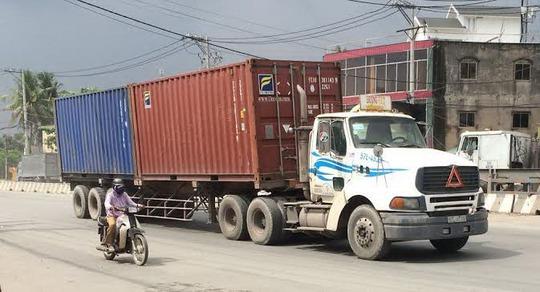 Xe của doanh nghiệp vận tải Đ.V chở 2 thùng hàng container (theo quy định chỉ được phép chở 1 container) vô tư lưu thông trên đường