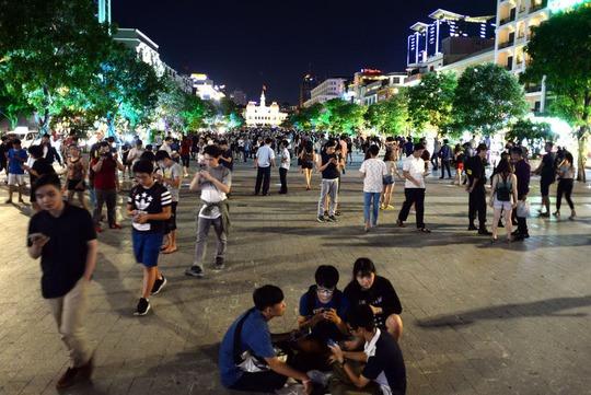 Bắt Pokémon vào ban đêm ở phố đi bộ Nguyễn Huệ (quận 1, TP HCM)Ảnh: Hoàng Triều