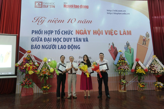 Nhà giáo ưu tú Lê Công Cơ tặng kỷ niệm chương cho Báo Người Lao Động (ảnh Khoa Bảo)