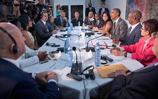 Tổng thống Obama gặp những người bất đồng chính kiến tại đại sứ quán Mỹ ở Havana. Ảnh: AP