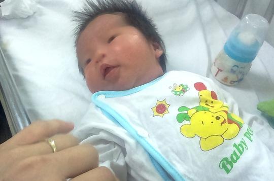 Bé gái sơ sinh đang được các y bác sĩ chăm sóc tại bệnh viện