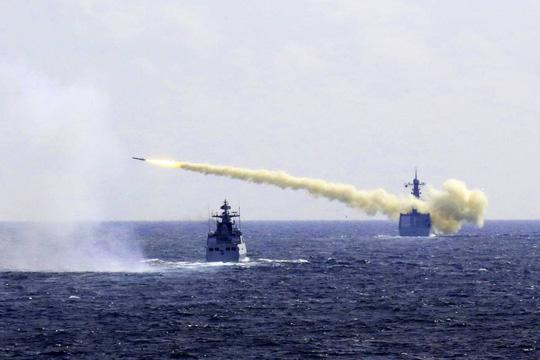 Tàu Trung Quốc tập trận bắn đạn thật ở biển Hoa Đông hôm 1-8 Ảnh: AP