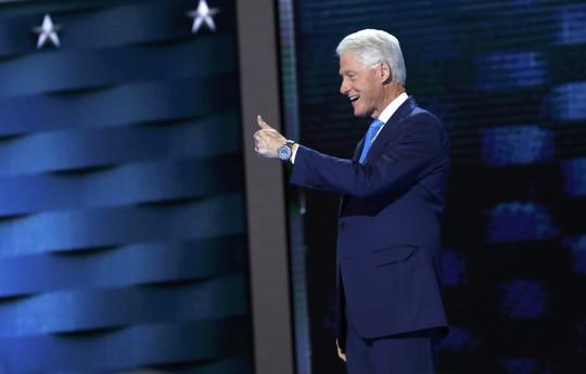 """Ông Clinton """"đốn tim"""" đại hội bằng chuyện tình với bà Hillary"""