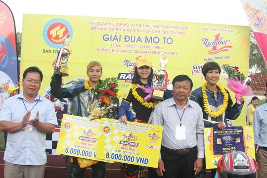 Đoan Trang tiếp tục đứng trên bục cao nhất ở nội dung nữ 110 cc