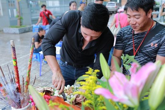Bình Minh, Quang Minh bất ngờ cúng Tổ ở bệnh viện