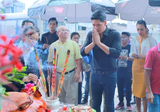 Diễn viên Bình Minh dâng hương Tổ nghiệp