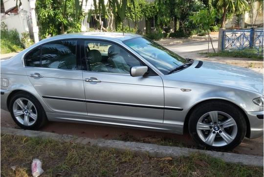 Chiếc BMW 318i 2004 này đang được rao bán với giá 300 triệu đồng.