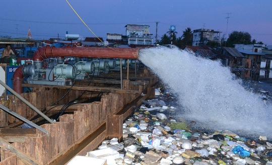 Đơn vị thi công đang vận hành thử 9 máy bơm điện đã lắp đặt tại khu vực gần cửa sông Kiên
