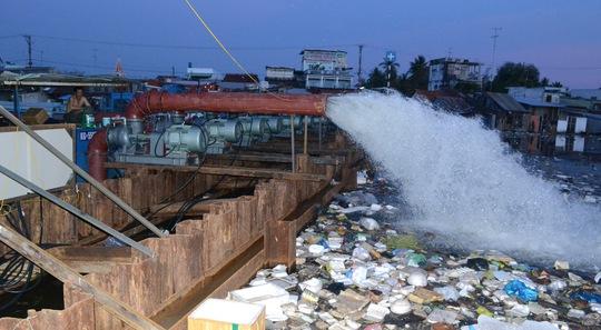 Chỉ với 1 đêm bơm xả nước mặn ra biển, lượng nước ngọt quý giá ở thượng lưu đã về đến khu vực lấy nước của nhà máy nước Rạch Giá.