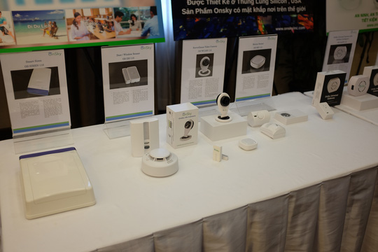 Các thiết bị trong hệ thống nhà, văn phòng thông minh iRoomate. Ảnh: Chánh Trung.
