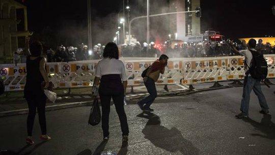 Người ủng hộ bà Rousseff đụng độ cảnh sát đêm 11-5. Ảnh: AP