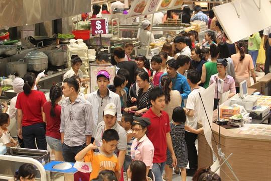 Buổi trưa, lượng người dân đổ về khu vực ẩm thực trong các trung tâm thương mại khá đông. Do đó, ngoài các nhà hàng, chỗ nghỉ chân tại đây luôn trong tình trạng chật kín người