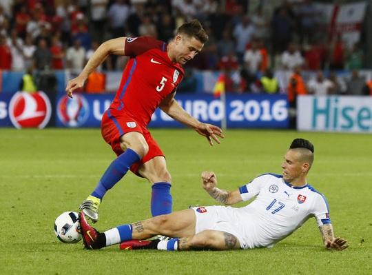 Các cầu thủ Anh vấp phải sự chống trả rất quyết liệt của Slovakia, đội bóng cũng cần 1 điểm để giành vé vào vòng 2