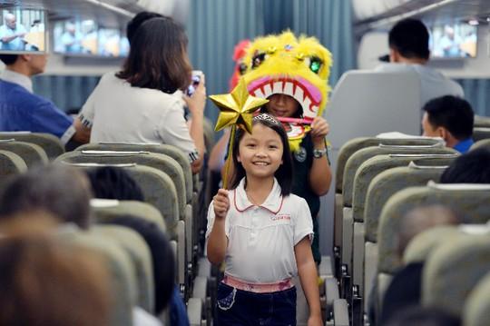 Nhà vô địch cờ vua thế giới Cẩm Hiền tươi cười rước đèn ông sao trên máy bay