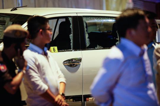 Chiếc xe gần hiện trường vỡ tung kính cửa sổ. Ảnh: Cambodia Daily