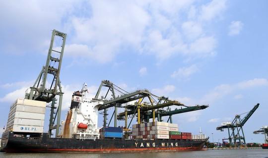 Tàu vận tải chở những chuyến hàng cập cảng Bến Nghé, quận 7
