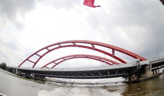 Có dịp đi trên dòng sông Sài Gòn ôm quanh TP như người mẹ ôm con vào lòng, những thay đổi sẽ hiện lên khá rõ. Trong ảnh: Cầu Bình Lợi mới giúp rút ngắn thời gian từ nội thành về Thủ Đức
