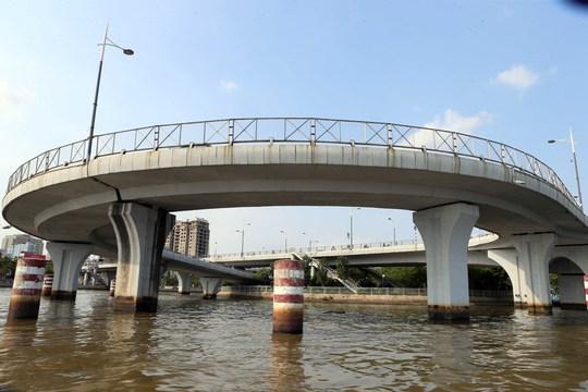Một góc cầu Nguyễn Văn Cừ, cây cầu nối liền 4 quận quan trọng: quận 8, quận 4 và quận 1, quận 5