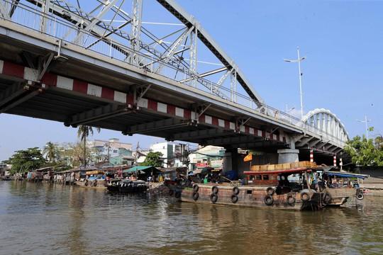 Vẫn còn đâu đó những ghe hàng lưu động cập chân cầu Tân Thuận để mua bán