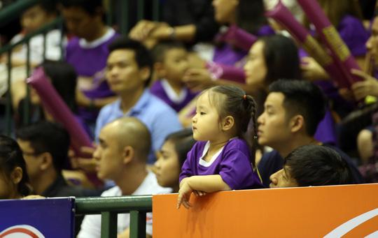 Một CĐV nhí đang theo dõi trận đấu say sưa