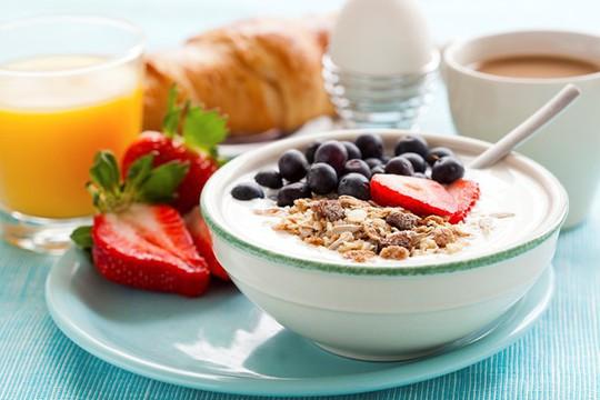 Nên ăn bữa sáng lành mạnh, đủ chất. Ảnh: Secretsofhealthyeating.