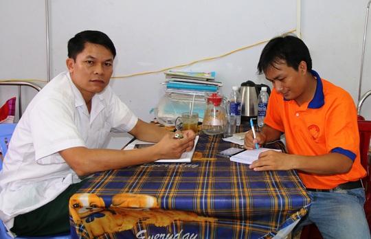 Thượng úy Đinh Văn Sức (trái) trò chuyện với phóng viên Báo Người Lao Động Ảnh: Hưng Nguyễn